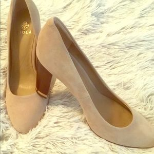 GUC- Isola Tan Suede Pump w/Wooden/Gold Heel